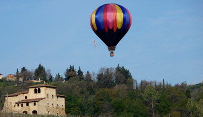 experience your balloon ride over Tuscany with the Villa La Cappella hot air balloon
